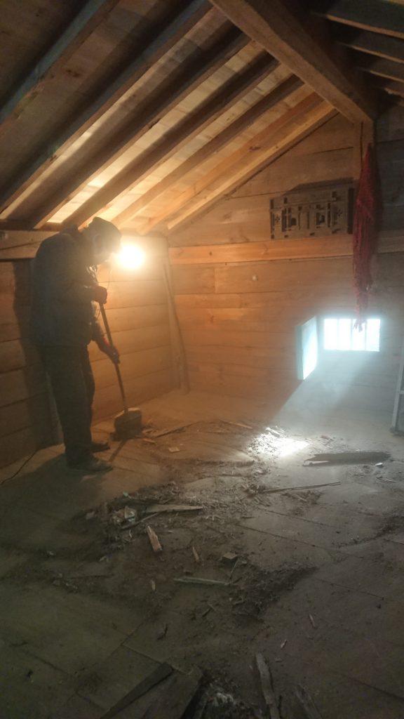 お蔵改修工事・お蔵リフォーム・蔵の中も廃材が多く落ちたので最後に掃除いたします